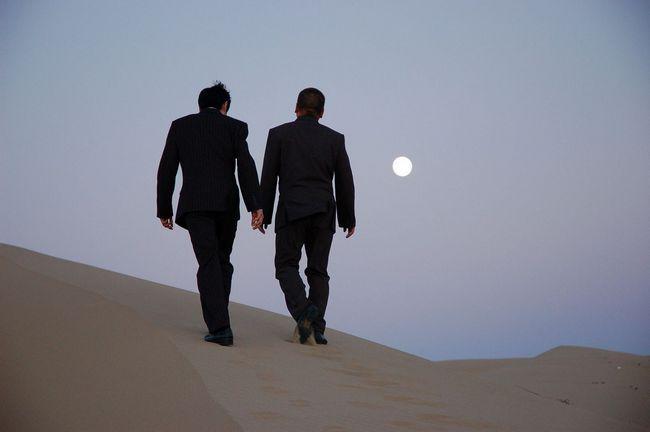 Історія про двох друзів, які йдуть в пустелі